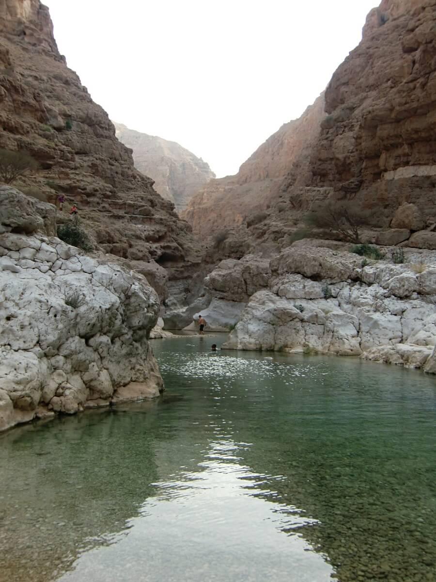 Pool mit glasklarem Wasser im Wadi Shab Oman