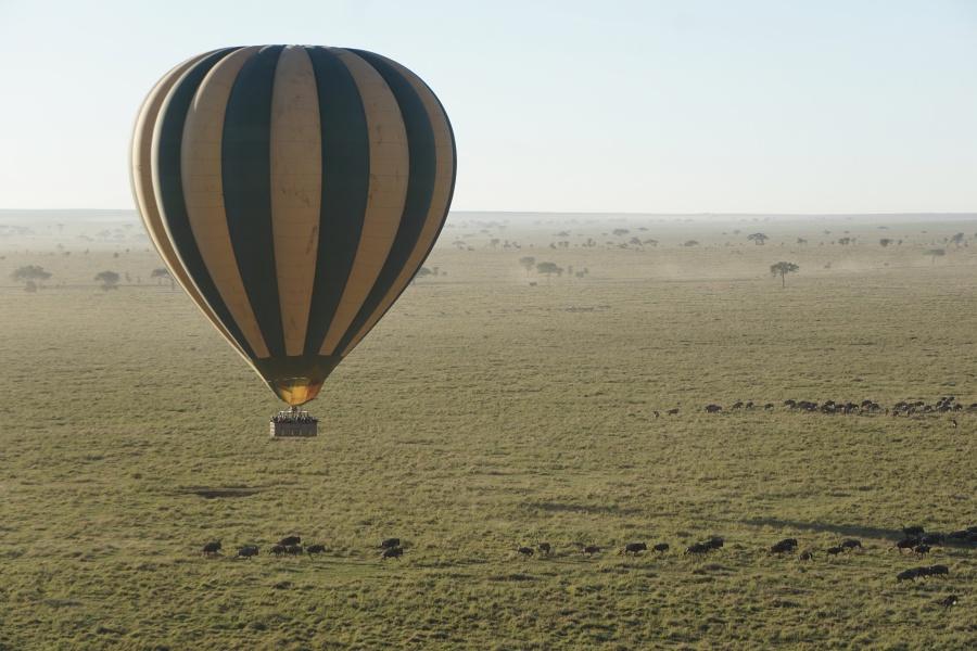 Ballonfahrt ueber der Serengeti Tansania