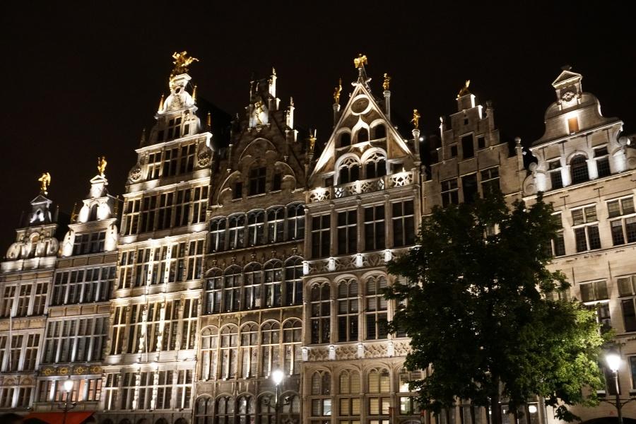 Antwerpens Grote Platz bei Nacht
