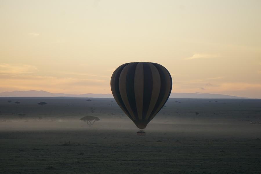 Ballonstart im Morgengrauen ueber die Serengeti in Tansania