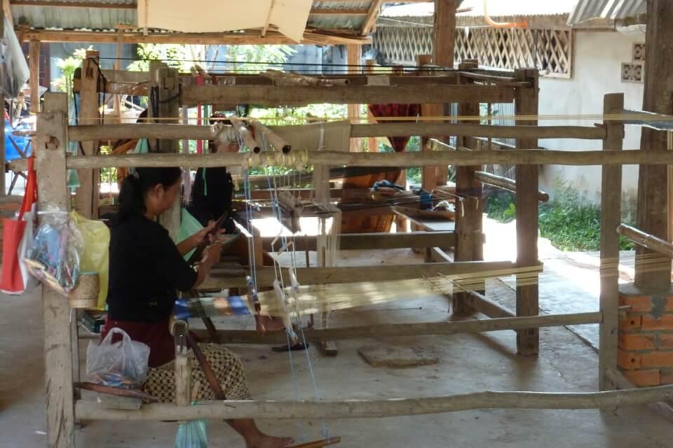 Handwerksdorf in Luang Prabang - dort wird u.a. Seide und Accesoires aus Papier hergestellt