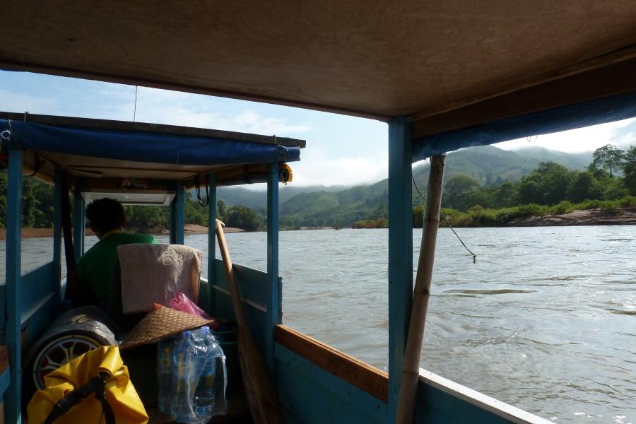 Bootsfahrt auf dem Nam Ou im Norden von Laos bei Nong Khiaw