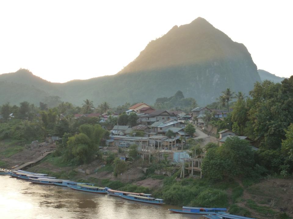 Abendstimmung in Nong Khiaw. Hier spielt sich das langsame Leben am Fluss ab