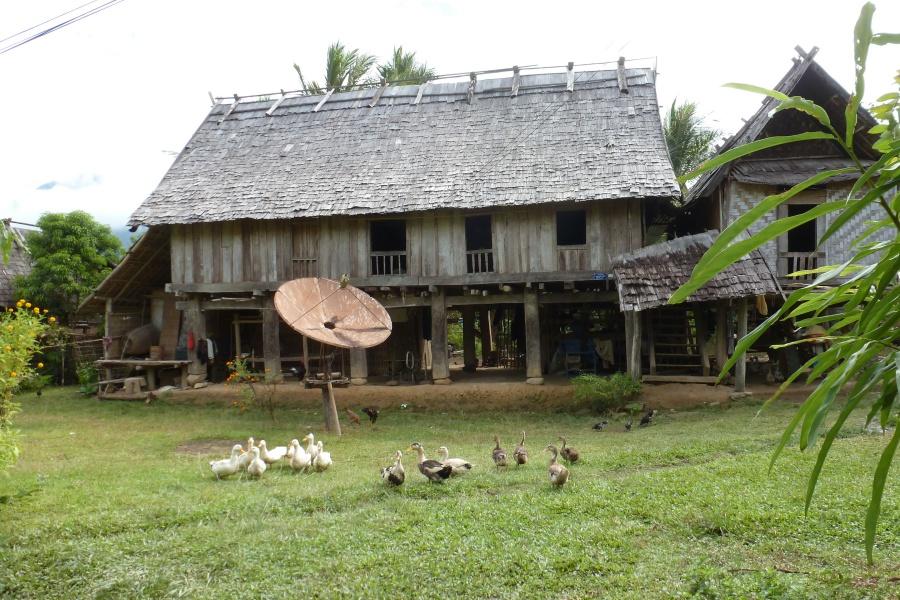 Dorf auf der Trekkingtour durch den Dschungel in Laos