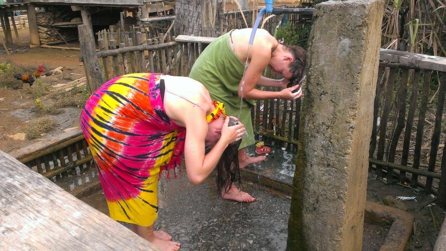 Duschen beim Homestay zwischen Hühnern und Geschirabwasch