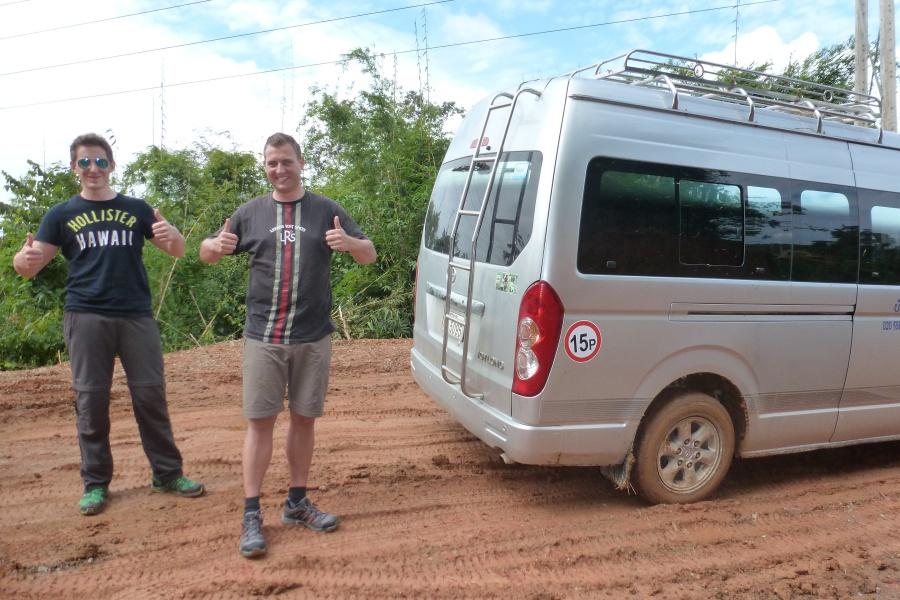 Bei unserer Trekking Tour in Laos mussten wir den Bus aus dem Matsch befreien