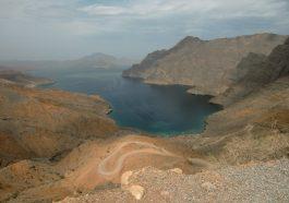 """Ausblicke auf die Fjorde in Musandam. Hier versteht man den Spitznamen """"das Norwegen Arabiens"""""""