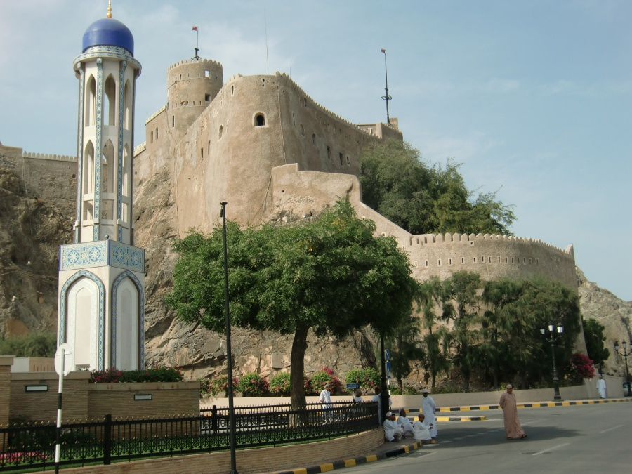 Das Fort thront am Hang ueber Muscat
