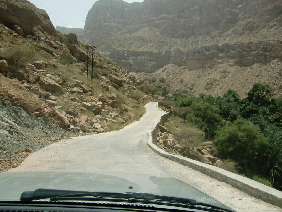 Roadtrip durch den Oman - Straße im Wadi