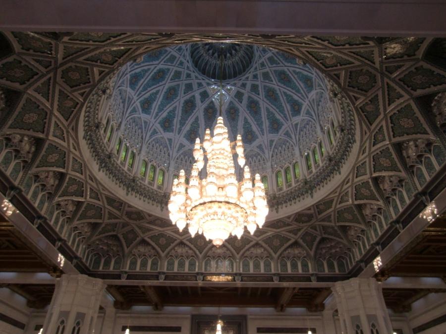Kronleuchter aus Swarovski Steinen in der Sultan Qaboos Moschee in Muscat