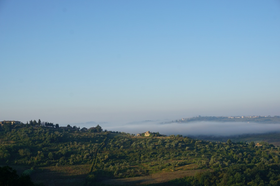 Ausblick ueber das Chianti in der Toskana mit Nebel