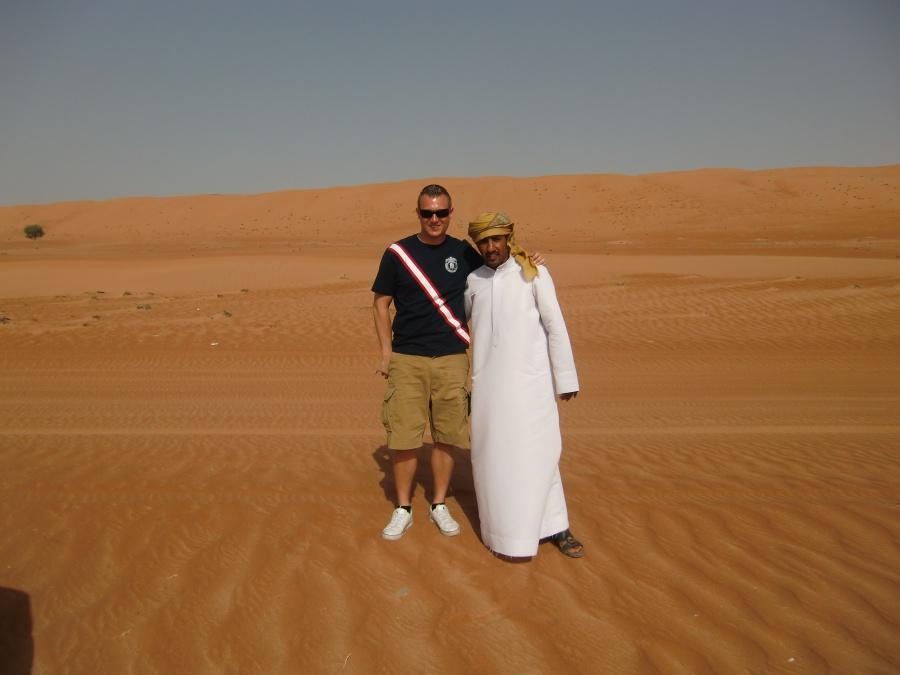 Marco mit unserem Guide Abdullah vom Nomadic Desert Camp im Oman