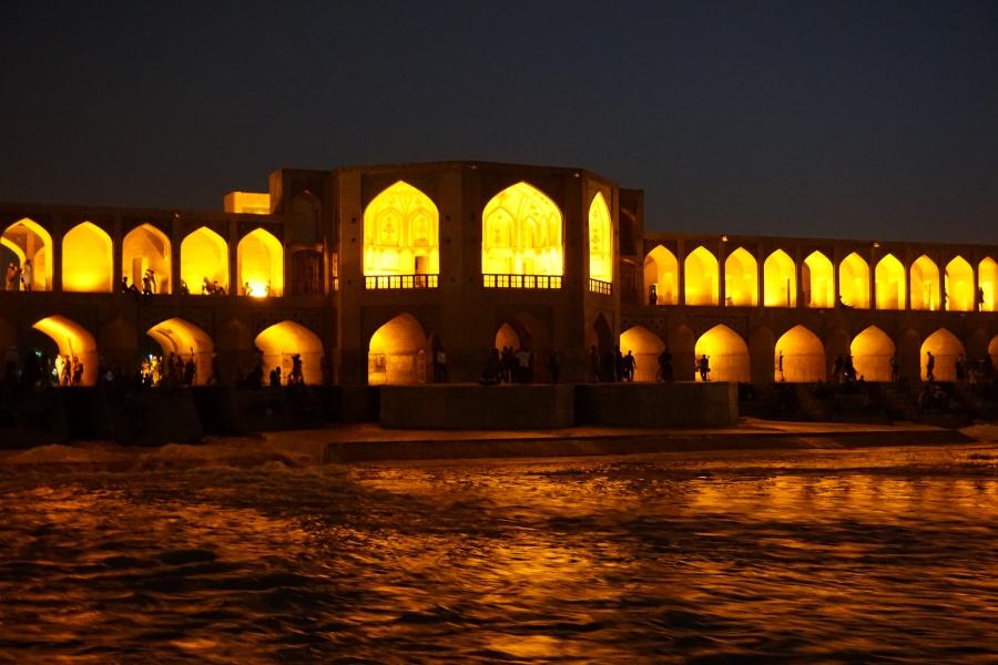 Die Khaju Bruecke in Isfahan am Abend