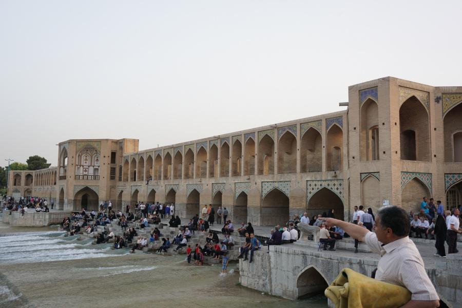 Die Khaju Bruecke in Isfahan. Wir haben Glueck und der Fluss fuehrt Wasser