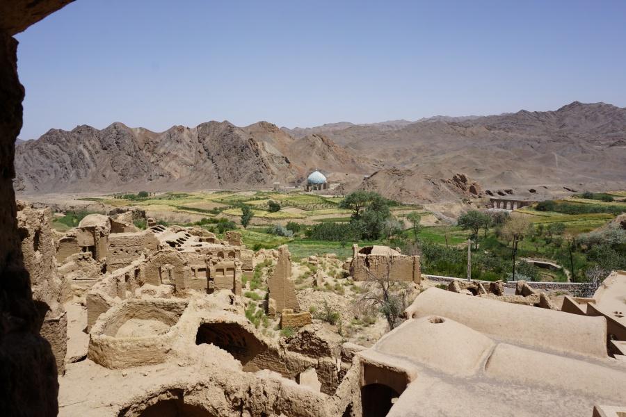 Ausblick von Kharanaq auf die Oasen am Rand der Wueste