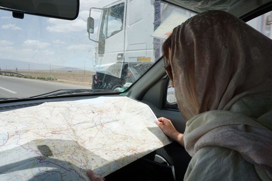 Landkarte lesen beim Roadtrip durch den Iran