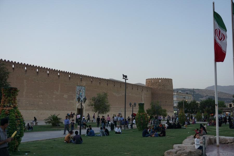 Vor der alten Festung in Shiraz fuellen sich die Rasenflaechen am Abend