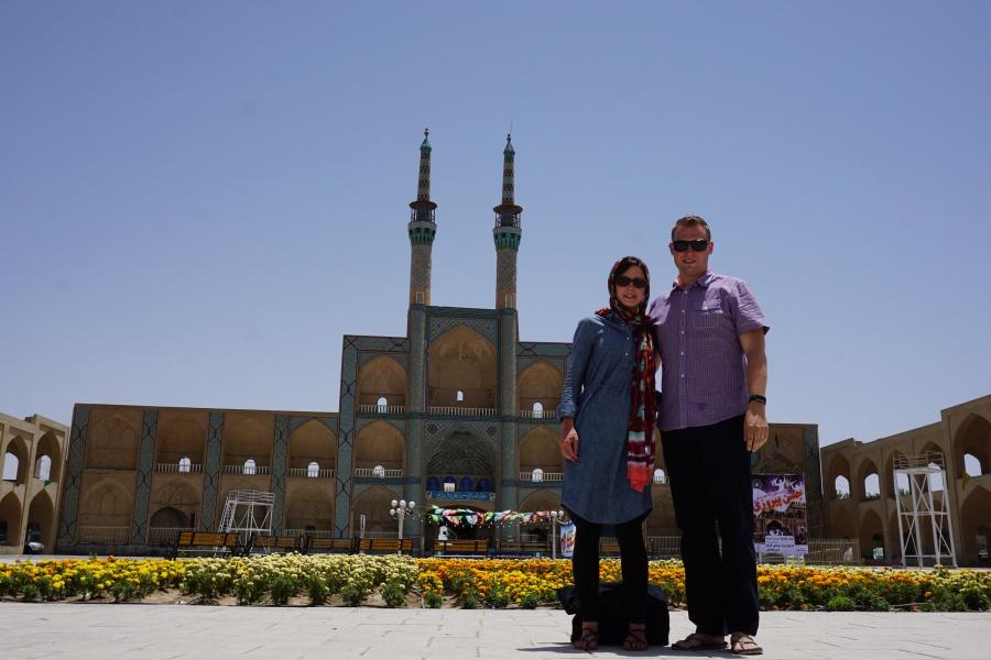 Vor der Amir-Chaqmaq-Moschee in Yazd