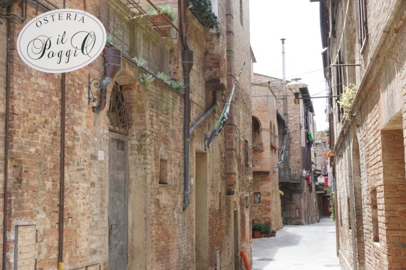Eine Gasse im Dorf Bounconvento im Sueden der Toskana