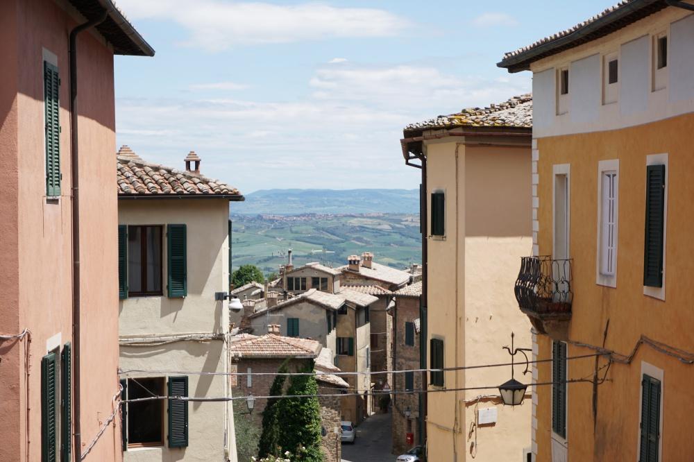 Ausblick von Montalcino auf die Landschaft der Toskana
