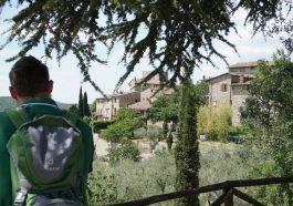 Marco beim Wandern mit Blick auf das Dorf Vescine