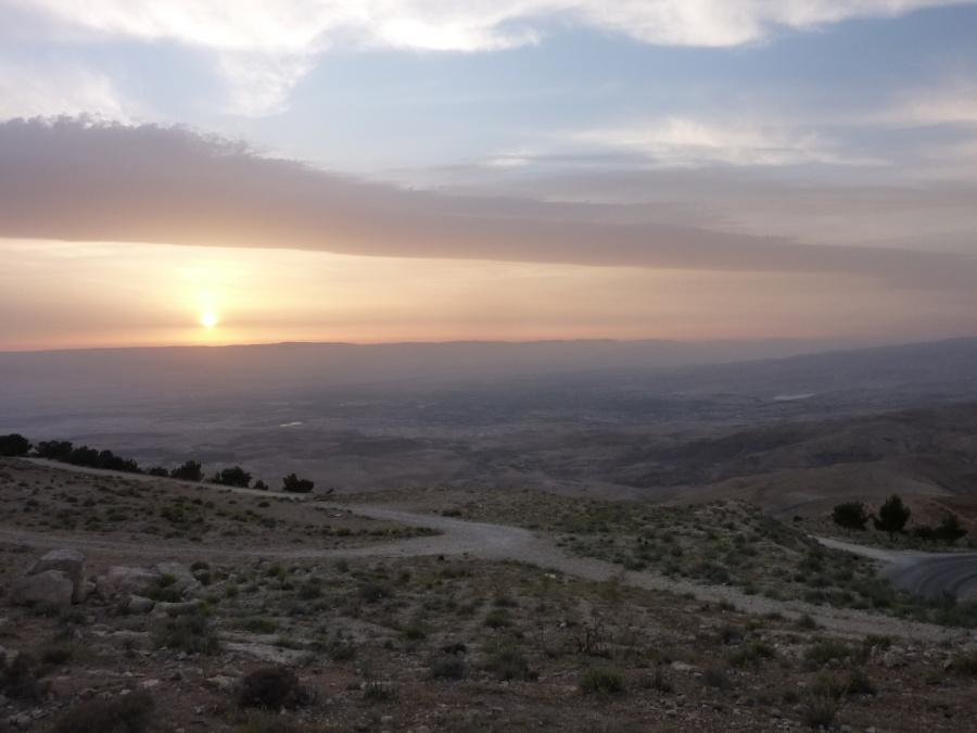 Sonnenuntergang mit Blick ueber das Jordantal