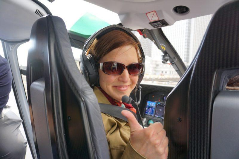 Lisa im Hubschrauber über New York