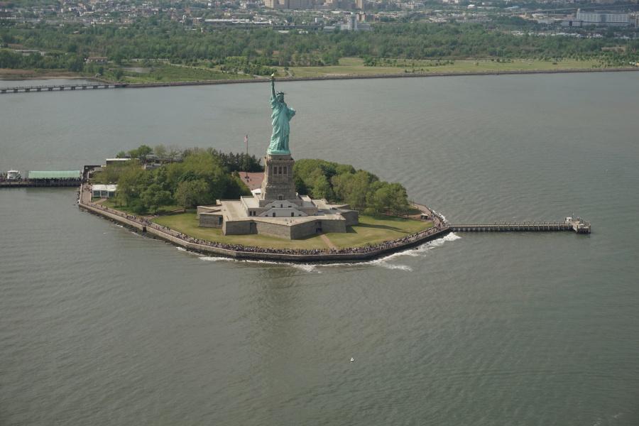 Die Freiheitsstatue aus dem Helikopter