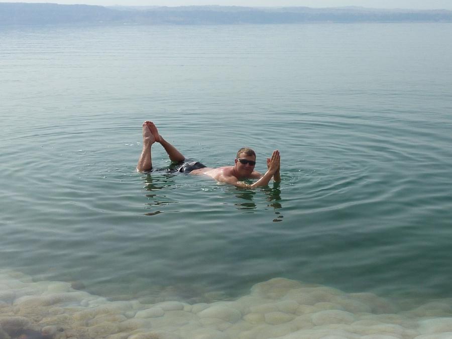 Marco schwebt auf dem Toten Meer