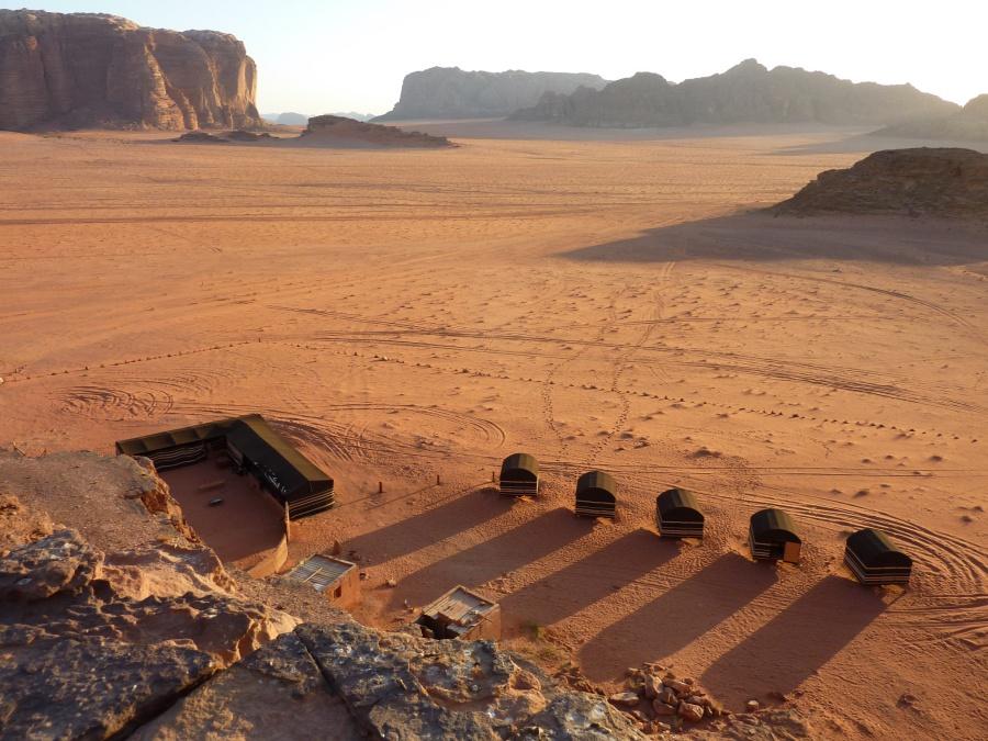Das traumhaft gelegene Hillawi Camp im Wadi Rum