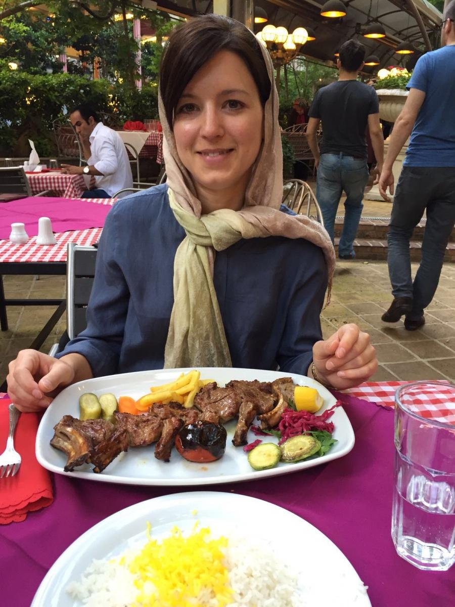 Lisa beim Abendessen in Darband im Norden Teherans