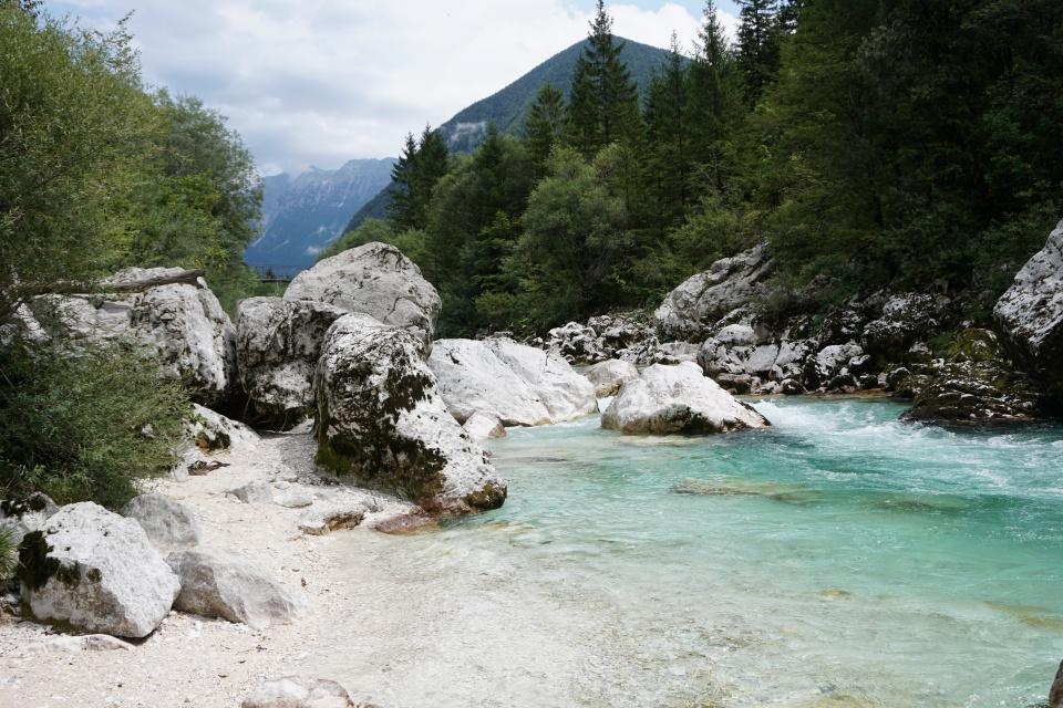 Die tuerkisblaue Soca schlaengelt sich durch Berge und Waelder
