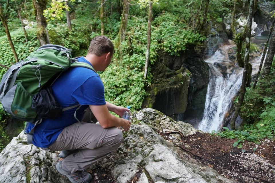 Marco vor einem Wasserfall bei Lebens im Triglav Nationalpark Slowenien