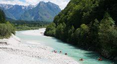 Die tuerkisblaue Soca in Bovec in Slowenien