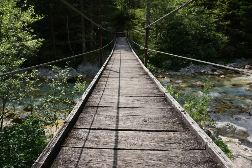 Bruecke ueber die Soca im Triglav Nationalpark in Slowenien
