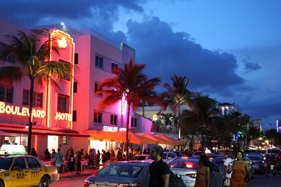 Der Ocean Drive in Miami Beach Florida bei Nacht