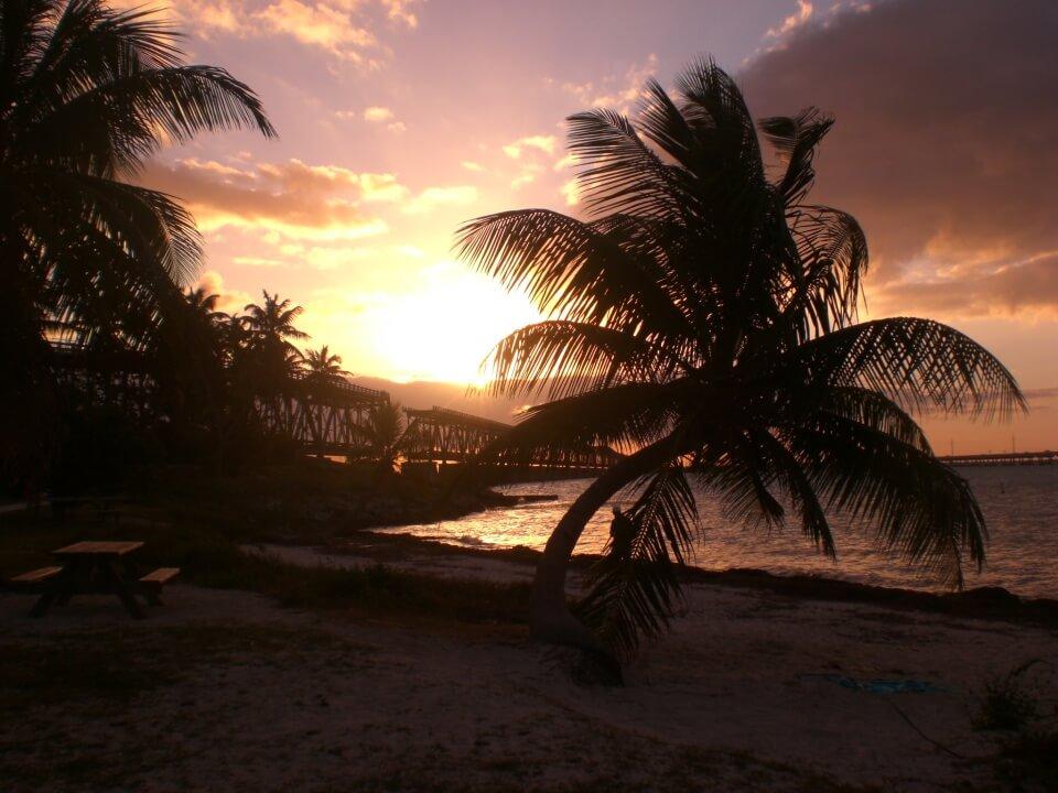 Sunset mit Blick auf die alte Bruecke im Bahia Honda State Park auf den Florida Keys