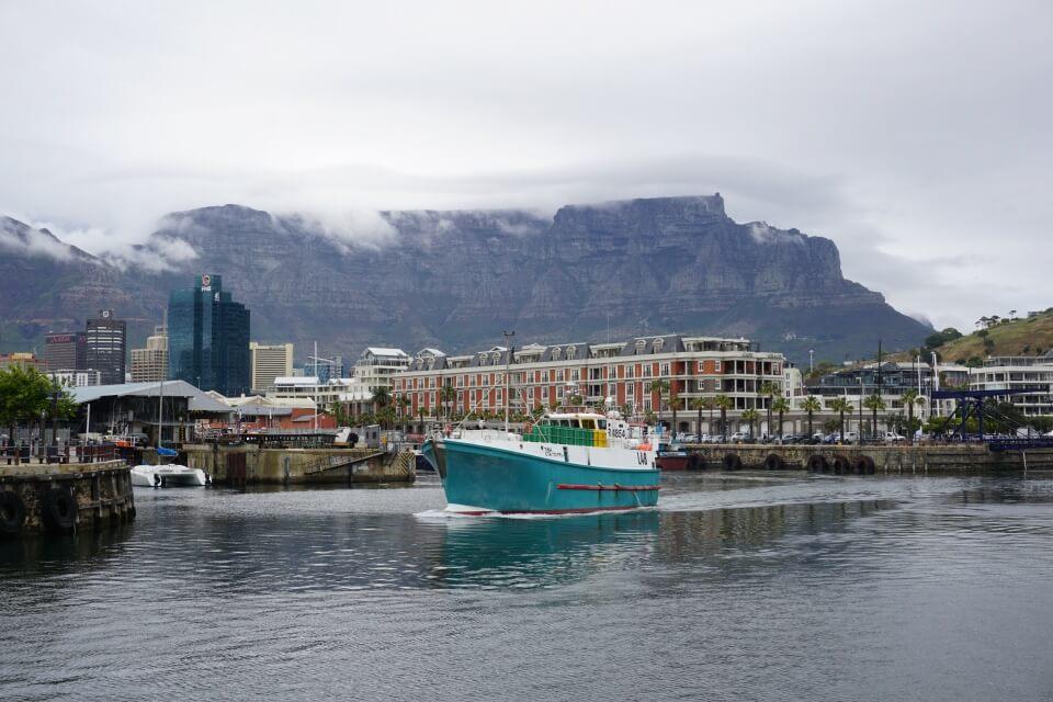 Nebelverhangener Tafelberg hinter der V&A Waterfront in Kapstadt