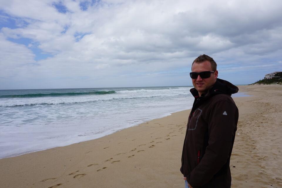 Marco am Strand von Jeffrey Bay an der Garden Route in Suedafrika