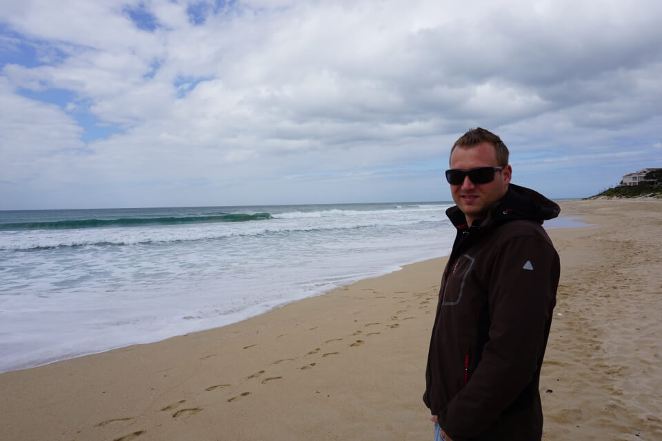 Marco am Strand von Jeffrey Bay an der Garden Route in Suedafrika