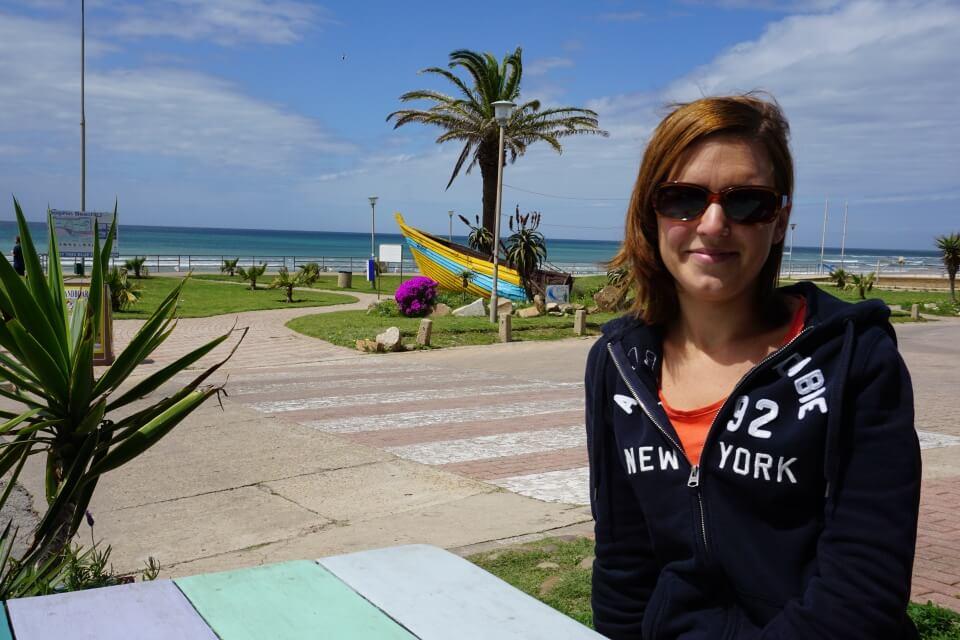 Lisa am Strand von Jeffrey Bay an der Garden Route in Suedafrika