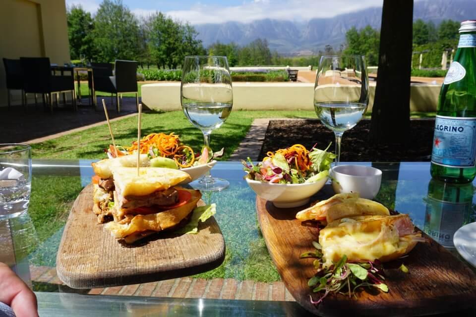 Mittagspause mit gigantischem Ausblick im Weingut Vergelegen