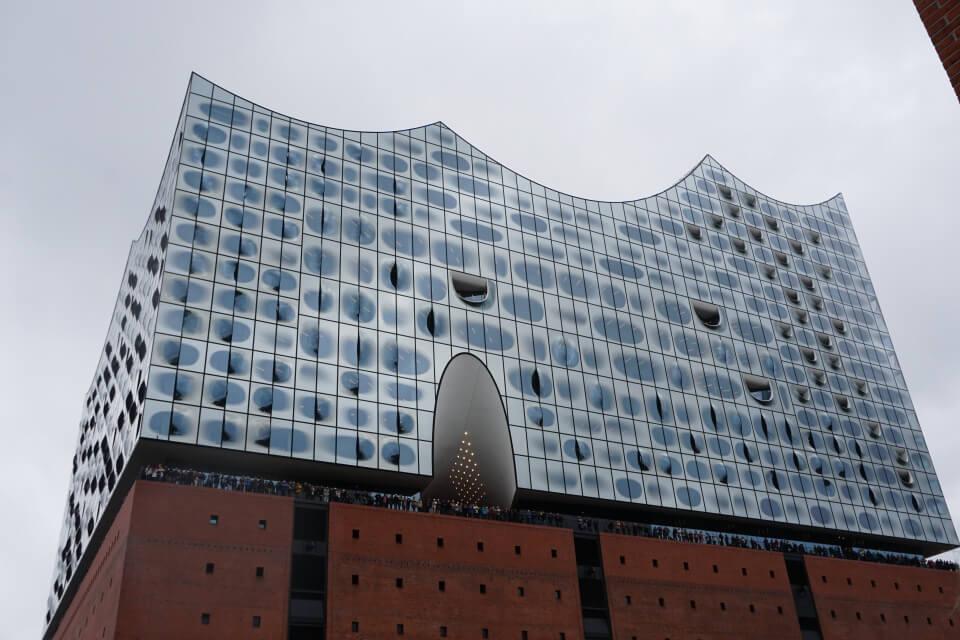 Die Elbphilharmonie in Hamburg ist das neue Wahrzeichen der Stadt. Wir verraten dir, ob sich eine Fuehrung lohnt, welche Moeglichkeiten es gibt und wo du buchen kannst.