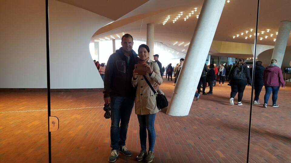 Lisa und Marco auf der Plaza der Elbphilharmonie - der oeffentlich zugaenglichen Etage mit Aussichtsplattform