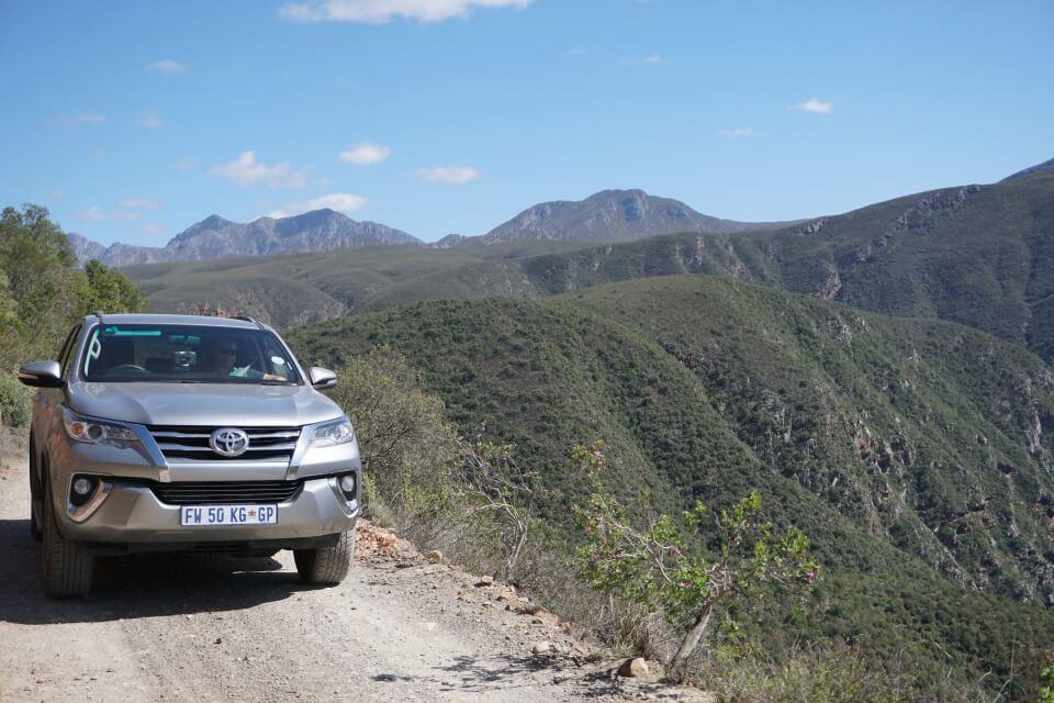 Bergpass mit steilem Abgrund und Ausblick auf die Berge im Baviaanskloof