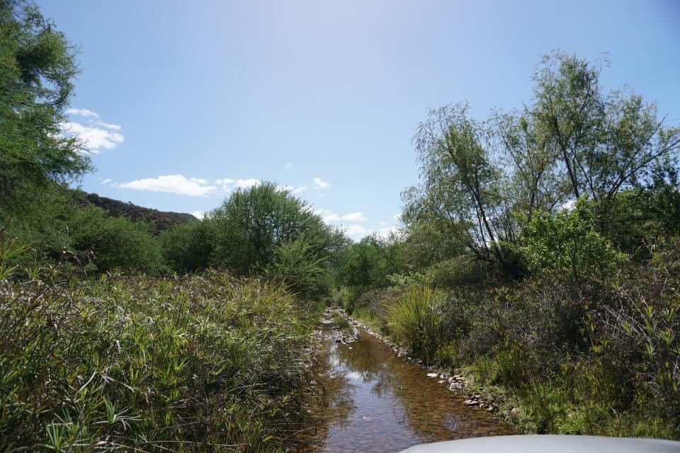 Wasserdurchfahrt im Baviaanskloof Mega Reserve Suedafrika