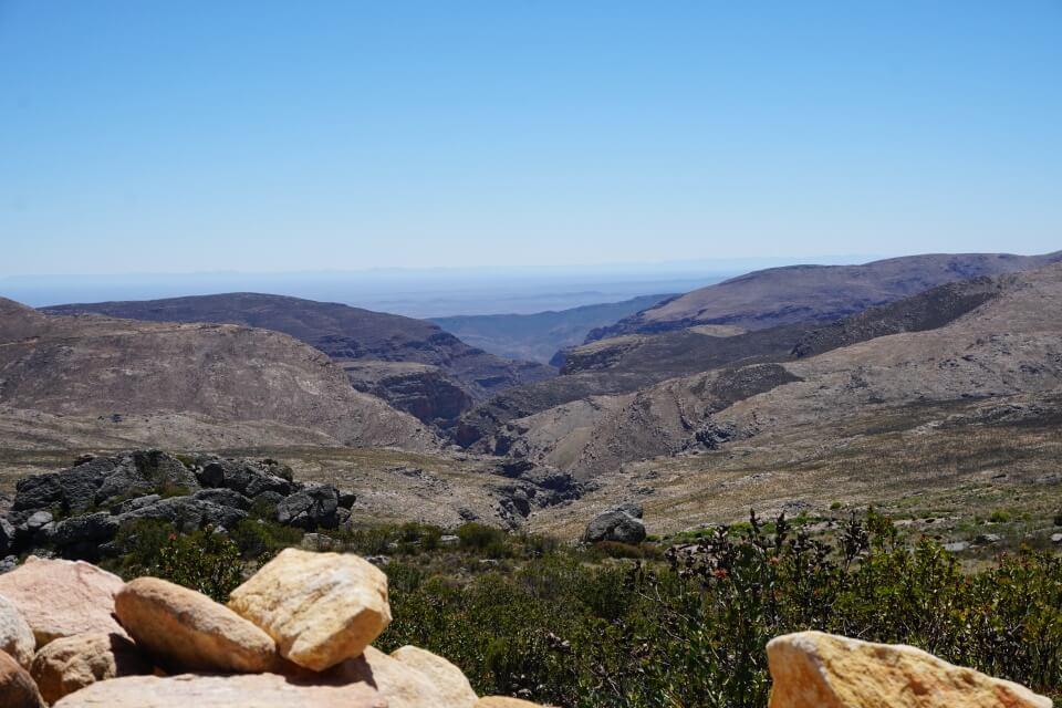 """Ausblick vom Swartbergpass- es wird deutlich warum sie """"schwarze Berge"""" heißen"""