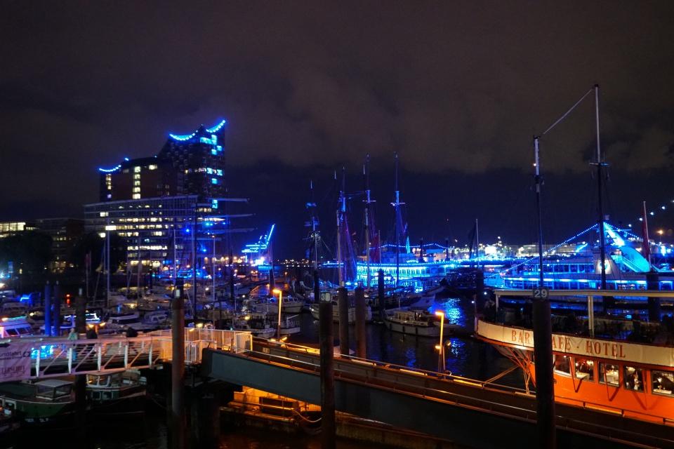Hamburger Hafen und Elbphilharmonie beleuchtet bei den Cruise Days