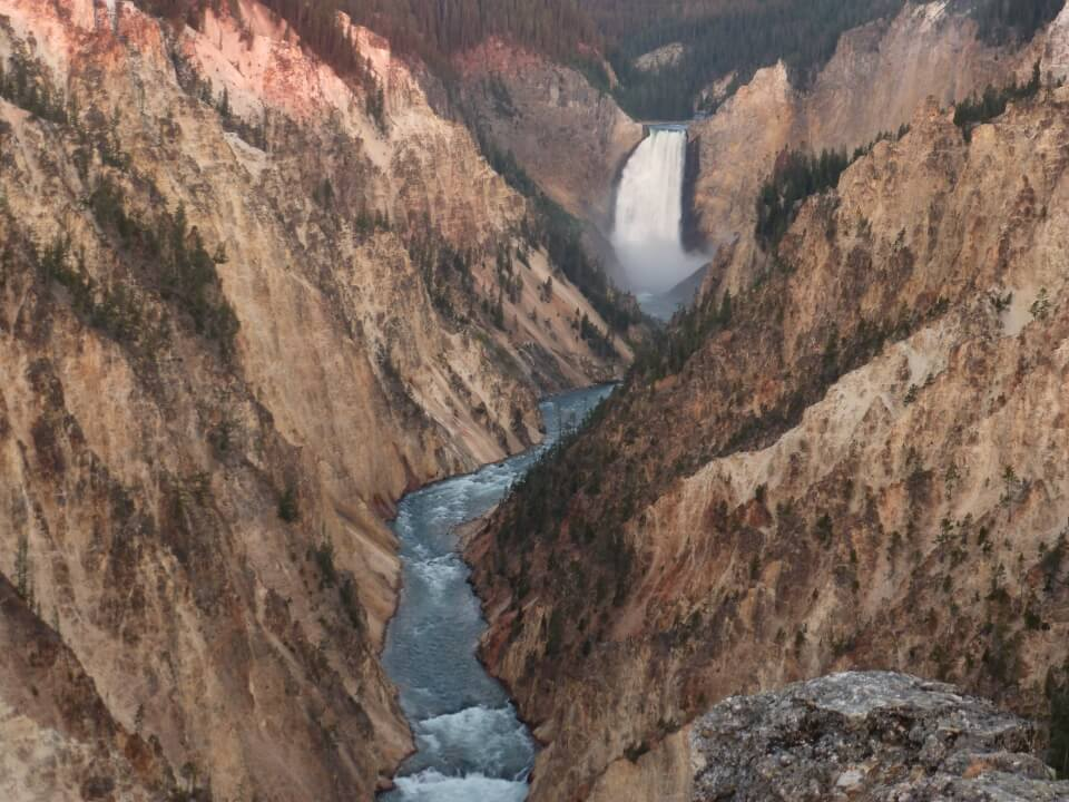 Die Lower Falls im Yellowstone Nationalpark auf unserem Road trip durch die Rocky Mountains - Road Traveller Reiseblog