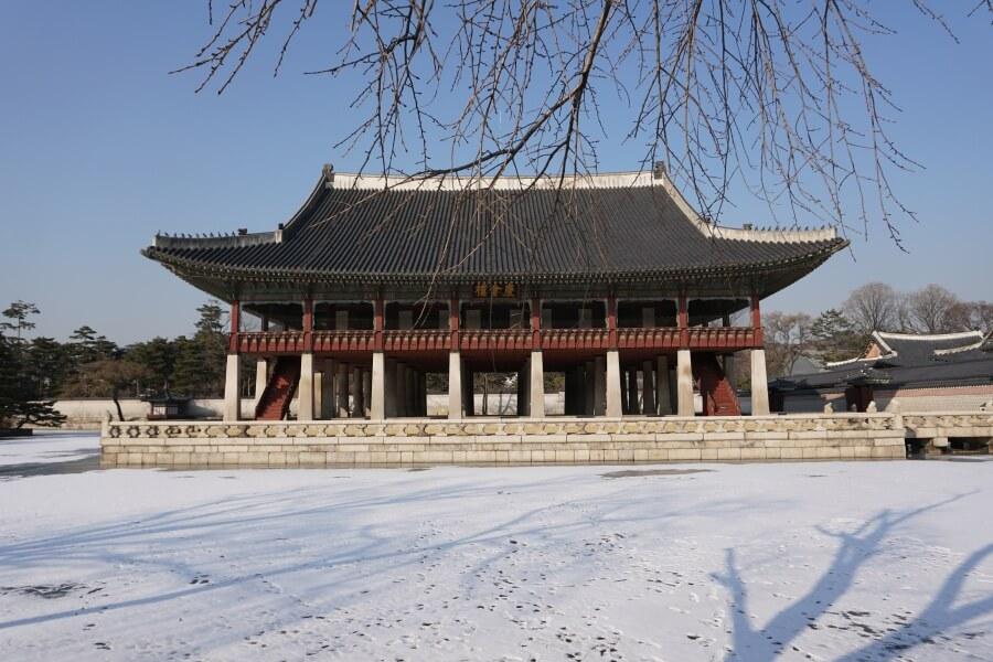 Der Gyeongbokgung Palast in Seoul im Winter